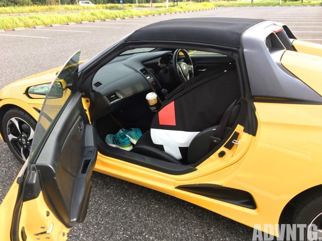 ホンダS660の助手席にラケットバッグを入れた状態。