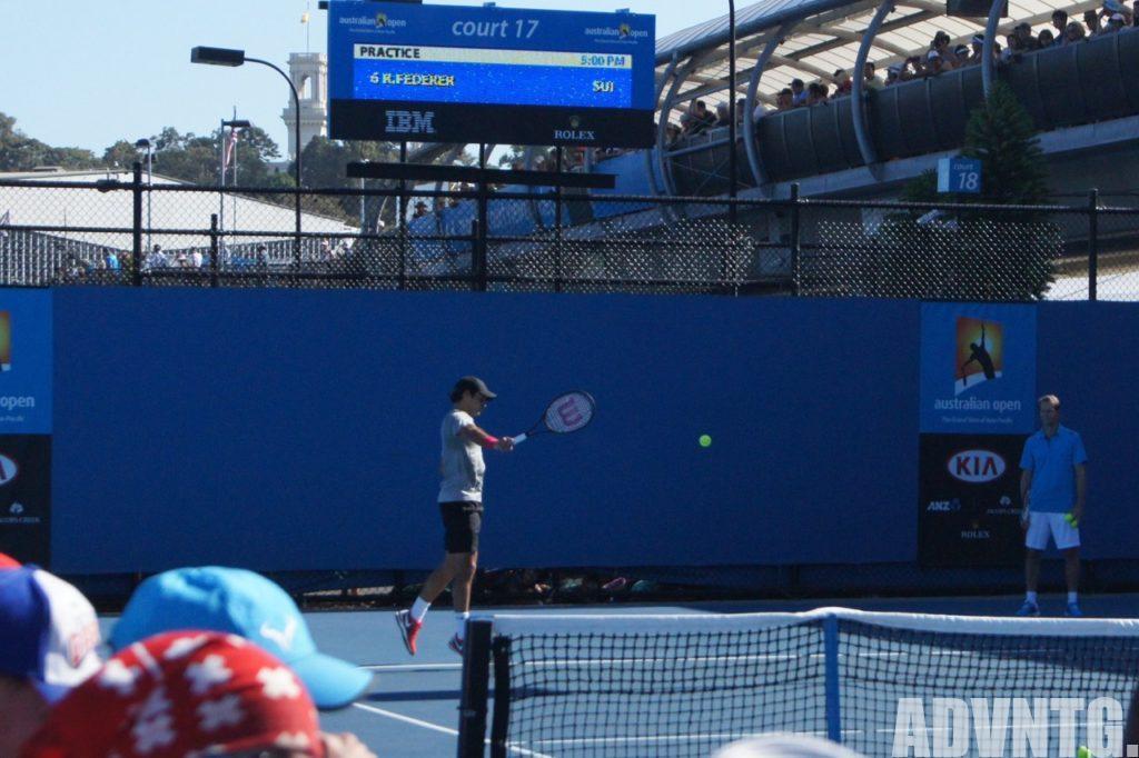 コートで片手バックハンドを打つロジャー・フェデラー選手 (Roger Federer )