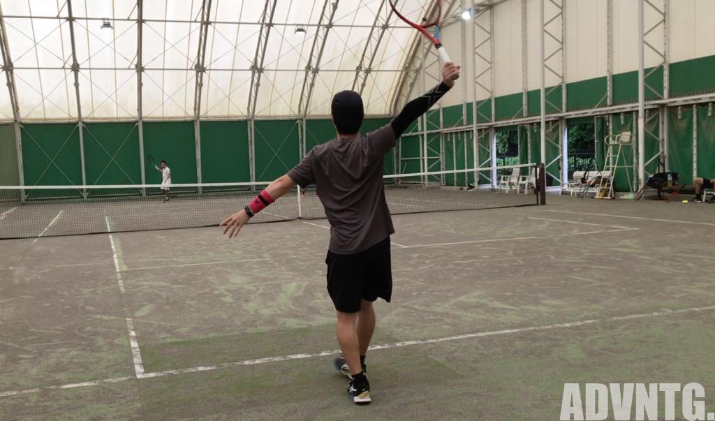 アームスリーブを着用してテニスをプレー